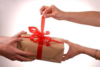 Как правильно преподнести подарок официальному лицу