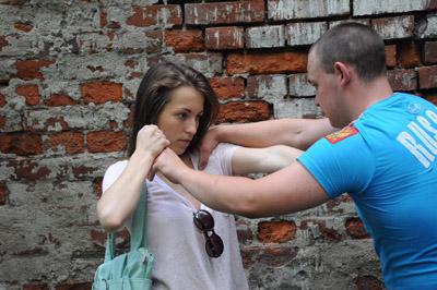 Как женщине защититься от нападения