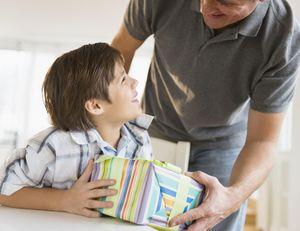 Как выбрать подарок мальчику?