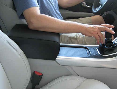 Зачем водителю необходим автомобильный подлокотник