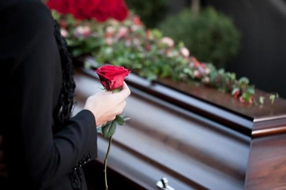 Провожая родных и близких в последний путь, семья сталкивается с массой вопросов по организации похорон. В состоянии растерянности и глубокой скорби трудно собраться, поэтому многие обращаются к ритуальным службам за помощью. Специалисты учтут все мелочи и нюансы при проведении траурной процессии, которые даже неизвестны рядовым обывателям.